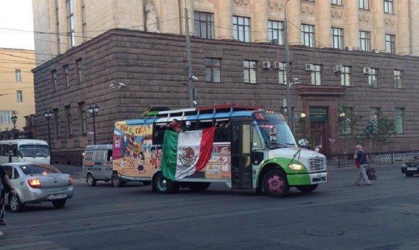 Необычный цветастый автобус с мексиканцами удивил ростовчан