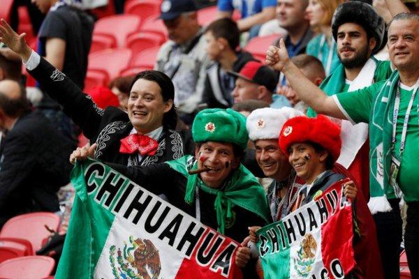 Болельщик из Мексики спел «Катюшу» в аэропорту Ростова