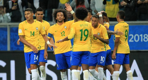 Звезды киберспорта подарили бразильским футболистам ножи в CS:GO